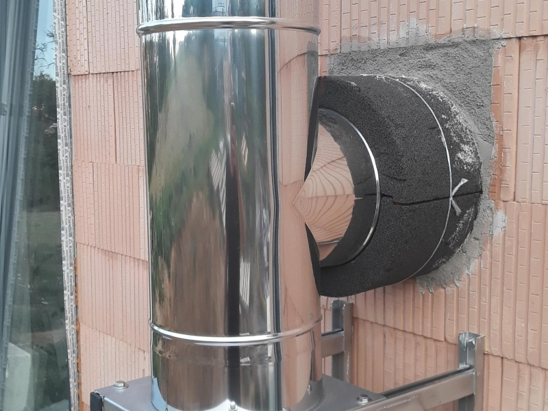 Třívrstvý kovový komín EKA pro kotel ÚT s izolací přes budoucí fasádu